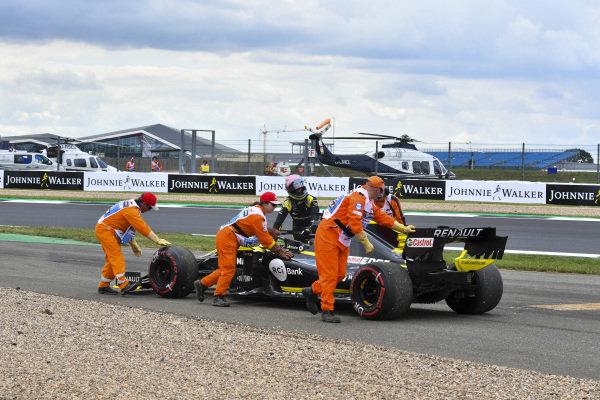 Marshals assist Daniel Ricciardo, Renault R.S.19