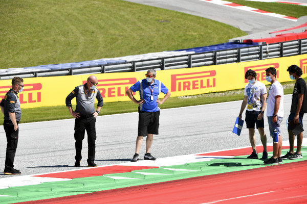 Clement Novalak (GBR, CARLIN BUZZ RACING) and Enaam Ahmed (GBR, CARLIN BUZZ RACING) walk the track