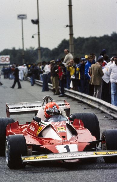 Niki Lauda, Ferrari 312T2 drops his visor as he exits the pitlane.