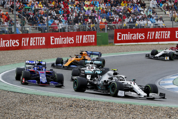 Valtteri Bottas, Mercedes AMG W10 leads Alexander Albon, Toro Rosso STR14, Lewis Hamilton, Mercedes AMG F1 W10 and Carlos Sainz Jr., McLaren MCL34