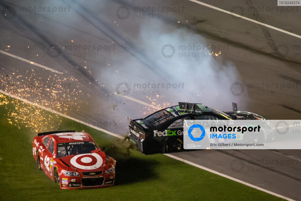 Juan Pablo Montoya, Earnhardt Ganassi Racing Chevrolet and Denny Hamlin, Joe Gibbs Racing Toyota crash