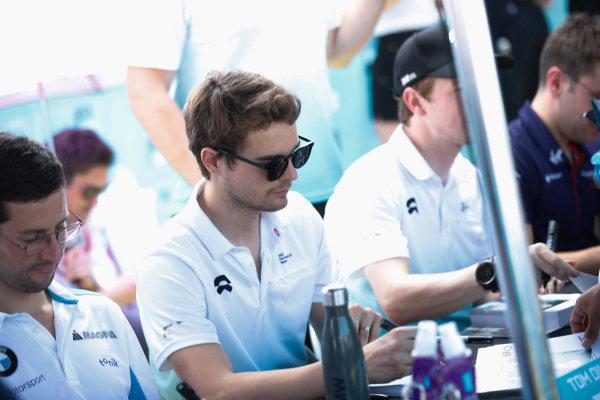 Tom Dillmann (FRA), NIO Formula E Team signs autographs