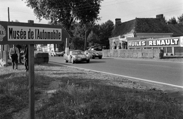 Henri Grandsire / Leo Cella, Sociètè des Automobiles Alpine, Alpine A210 - Renault, leads Dan Gurney / Jerry Grant, Shelby American Inc., Ford Mk II, and Ken Miles / Denis Hulme, Shelby American Inc., Ford Mk II.
