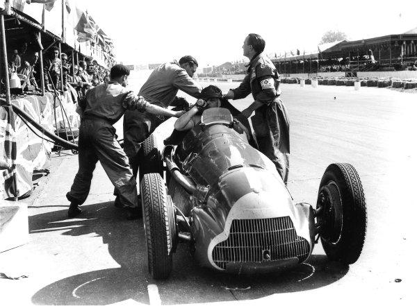 1950 British Grand Prix.Silverstone, England.11-13 May 1950.Juan Manuel Fangio (Alfa Romeo 158) takes a pitstop. World Copyright: LAT Photographic.  Ref:  Autocar Glass Plate C26627.