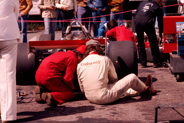 1973 Swedish Grand Prix.Anderstorp, Sweden.15-17 June 1973.Graham Hill (Embassy Racing) takes a look at his Shadow DN1 chassis with a mechanic.Ref-73 SWE 45.World Copyright - LAT Photographic