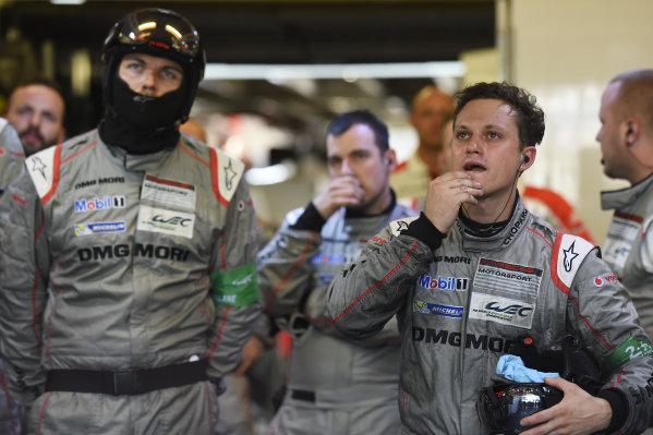 2017 Le Mans 24 Hours Circuit de la Sarthe, Le Mans, France. Sunday 18 June 2017 Porsche Team members react to the #1 retirement World Copyright: Rainier Ehrhardt/LAT Images ref: Digital Image 24LM-re-16170