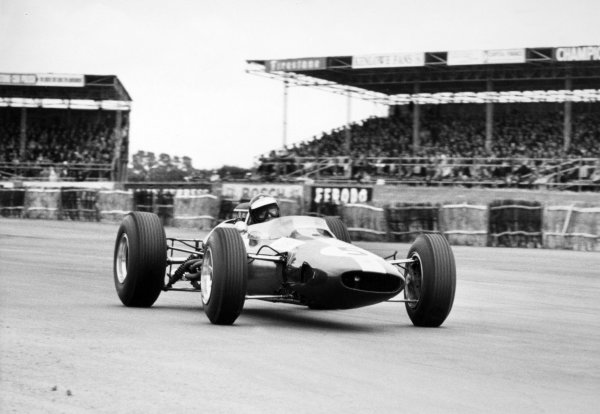 1965 British Grand Prix. Silverstone, Great Britain. 10 July 1965. Jim Clark, Lotus 33-Climax, 1st position, action. Ref: L65/335/3A. World Copyright: LAT Photographic