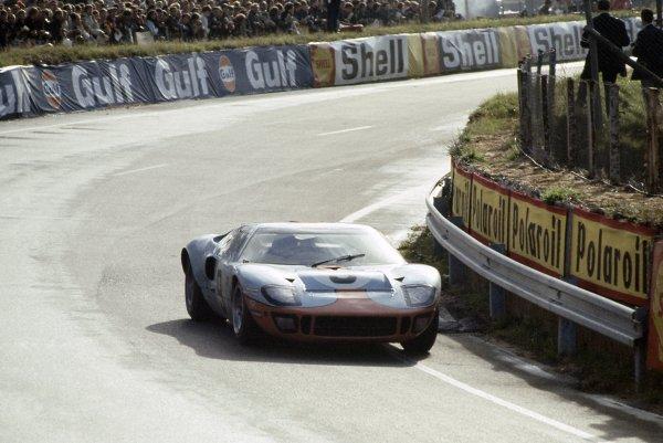 1968 Le Mans 24 hours. Le Mans, France. 28-29 September 1968. Pedro Rodriguez/Lucien Bianchi (Ford GT40), 1st position. World Copyright: LAT Photographic Ref: 68LM03