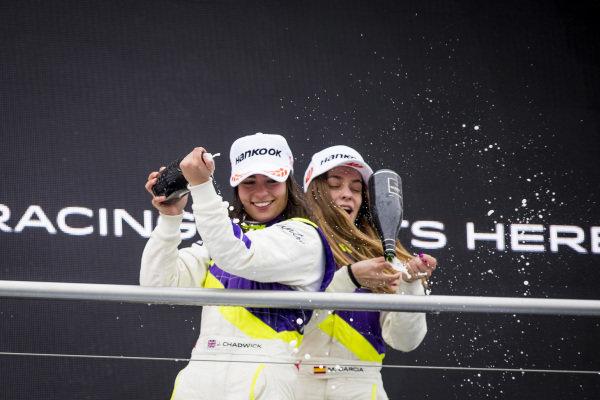 Jamie Chadwick (GBR) sprays the champagne with Marta Garcia (ESP) on the podium