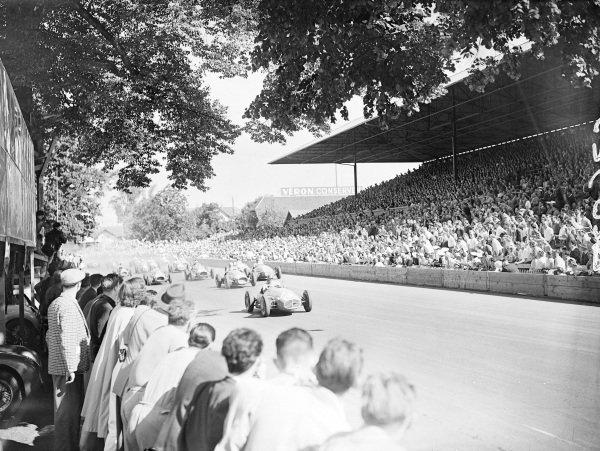 Juan Manuel Fangio/Felice Bonetto, Maserati A6GCM-53, leads Alberto Ascari, Ferrari 500 (#46), and Onofre Marimón, Maserati A6GCM-53 (#36), at the start of the race.