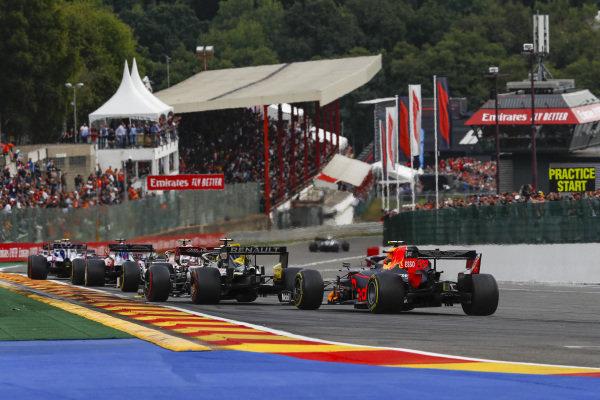 Alexander Albon, Red Bull RB15 chases Nico Hulkenberg, Renault R.S. 19