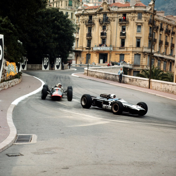 Monte Carlo, Monaco.28-30 May 1965.Bruce McLaren (Cooper T77 Climax) leads Dickie Attwood (Lotus 25 BRM). McLaren finished in 5th position.Ref-3/1625.World Copyright - LAT Photographic