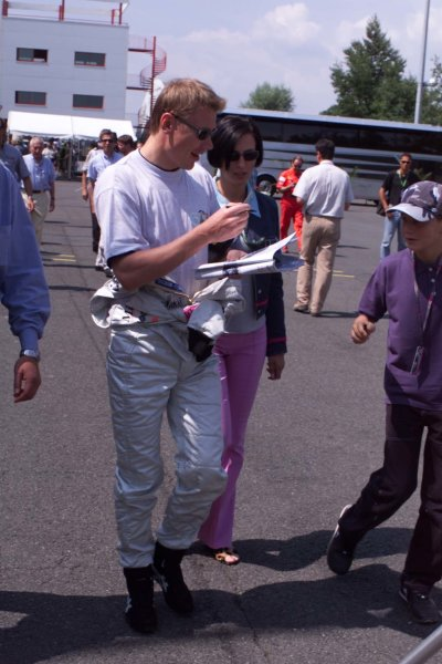 2000 French Grand Prix.Magny-Cours, France. 30/6-2/7 2000.Mika Hakkinen (McLaren Mercedes) with his wife Erja.World Copyright - LAT Photographic