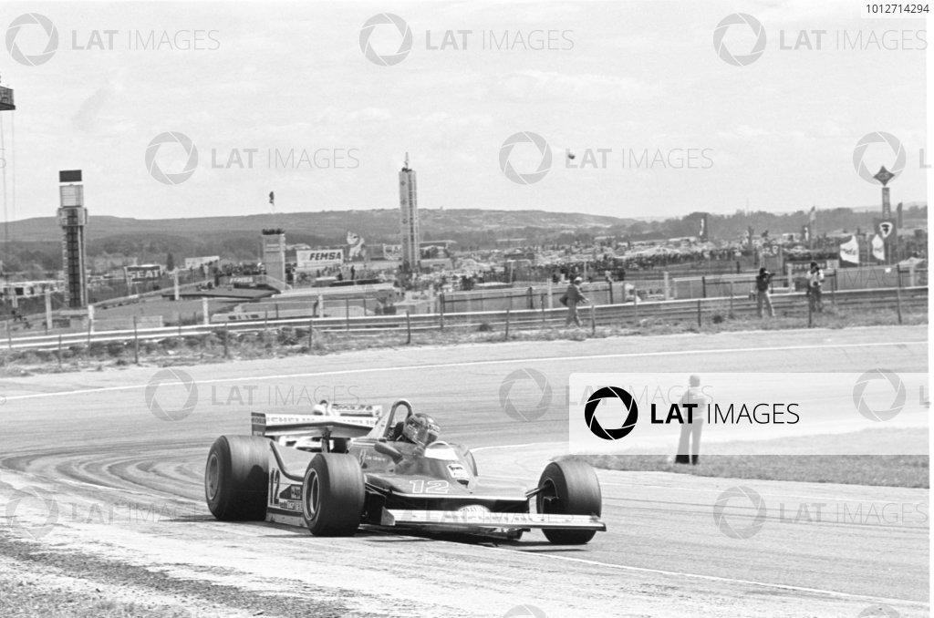 1979 Spanish Grand Prix.Jarama, Spain. 29 April 1979.Gilles Villeneuve (Ferrari 312T4) leads Rene Arnoux (Renault RS01). Ref: 12410#17.World Copyright - LAT Photographic