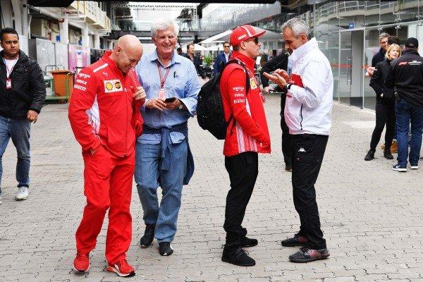 (L až R): Mark Arnall, tréner, Roger Benoit, novinár, Kimi Raikkonen, Ferrari a Beat Zehnder, manažér tímu Alfa Romeo Sauber F1