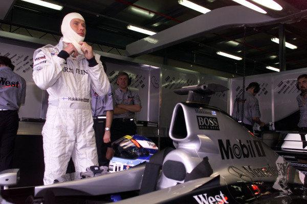 1999 Australian Grand Prix.Albert Park, Melbourne, Australia. 5-7 March 1999.Mika Hakkinen (McLaren Mercedes-Benz) readies himself for qualifying. He qualified in pole position.World Copyright - Tee/LAT Photographic