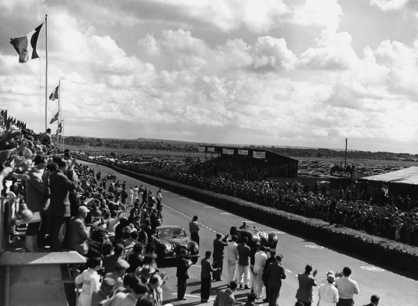 Le Mans, France. 23rd - 24th June 1951 Peter Walker/Peter Whitehead (Jaguar XK-120C), 1st position, action. World Copyright: LAT Photographic Ref: Autocar Glass Plate C29682.