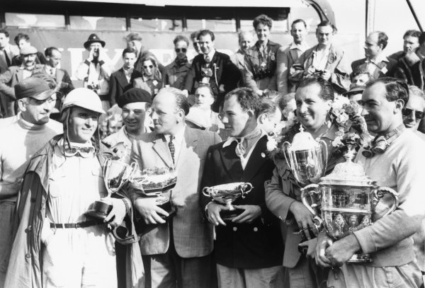 Silverstone, England. 16 - 18 July 1953.L_R: Giuseppe Farina, Reg Parnell, Stirling Moss, Alberto Ascari, and Ken Wharton with their winning trophies from the weekends races, portrait. World Copyright: LAT Photographic.Ref:  53 - 72 - 35A.