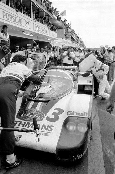 1982 Le Mans 24 hours. Le Mans, France. 19-20 June 1982. Hurley Haywood/Al Holbert/Jurgen Barth (Porsche 956), 3rd position, pit stop. World Copyright: LAT Photographic Ref: B/WPRINT.