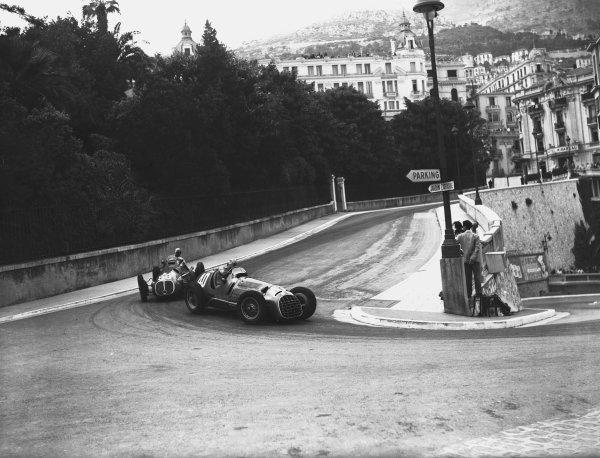 """1950 Monaco Grand Prix.Monaco, Monte Carlo. 21st May 1950.Alberto Ascari (Ferrari 125) leads """"B Bira"""" (Maserati 4CLT/48). Ref-C26710.World Copyright: LAT Photographic"""