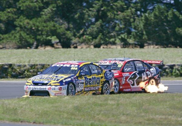2005 Australian V8 SupercarsSymmons Plains Raceway, Australia. 11th - 13th November 2005Craig Lowndes (Team Betta Electrical Ford Falcon BA) leads Rick Kelly (HSV Dealer Team Holden Commodore VZ). World Copyright: Mark Horsburgh / LAT Photographicref: 05AusV8SP19