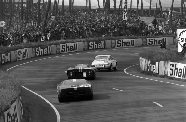 Herbert Linge / Robert Buchet, Auguste Veuillet, Porsche 911S, leads Dan Gurney / A.J. Foyt, Shelby-American, Ford GT40 Mk.IV, and Umberto Maglioli / Mario Casoni, Ecurie Filipinetti, Ford GT40.