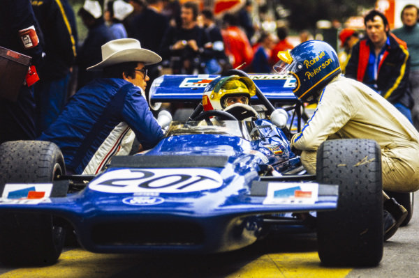 Johnny Servoz-Gavin, March 701 Ford, speaks with Ronnie Peterson and a team member.