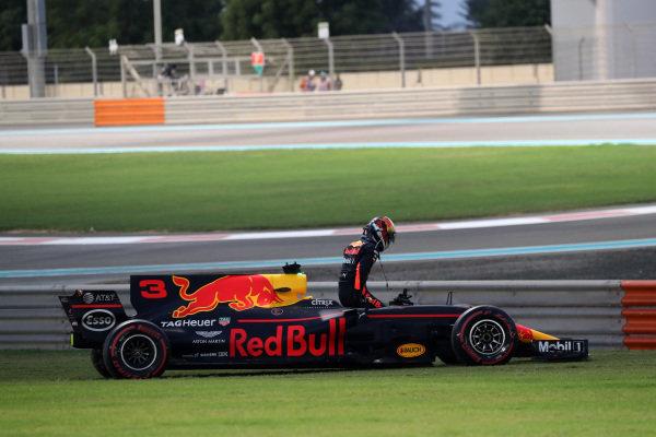 Daniel Ricciardo (AUS) Red Bull Racing RB13 retires from the race at Formula One World Championship, Rd20, Abu Dhabi Grand Prix, Race, Yas Marina Circuit, Abu Dhabi, UAE, Sunday 26 November 2017. BEST IMAGE