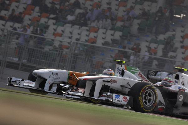 Paul di Resta, Force India VJM04 Mercedes, battles with Sergio Pérez, Sauber C30 Ferrari.