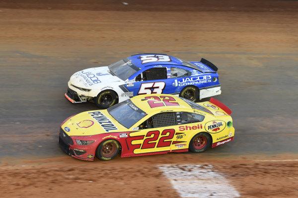 #22: Joey Logano, Team Penske, Ford Mustang Shell Pennzoil, #53: J.J. Yeley, Rick Ware Racing, Chevrolet Camaro