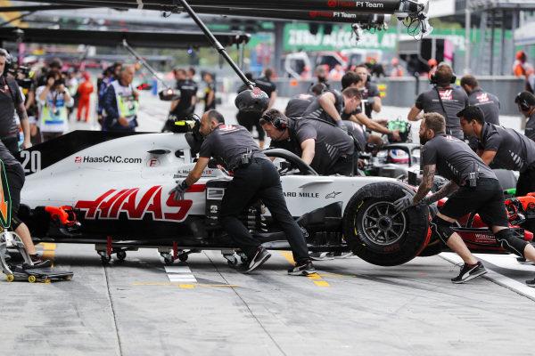 Kevin Magnussen, Haas F1 Team VF-18 Ferrari, pits.