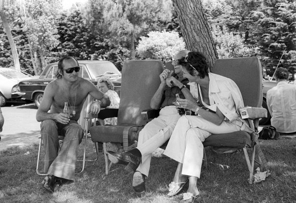 Race retiree Mike Hailwood (GBR) McLaren relaxes with his parents.