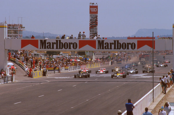 Paul Ricard, Le Castellet, France.5-7 July 1985.Keke Rosberg (Williams FW10 Honda) leads from pole, with Ayrton Senna (Lotus 97T Renault) alongside at the start.Ref-85 FRA 03.World Copyright - LAT Photographic