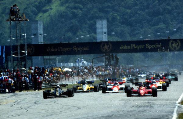 1984 Brazilian Grand Prix.Jacarepagua, Rio de Janeiro.23-25 March 1984.Elio de Angelis (Lotus 95T Renault) and Michele Alboreto (Ferrari 126C4) lead at the start.World Copyright - LAT Photographic