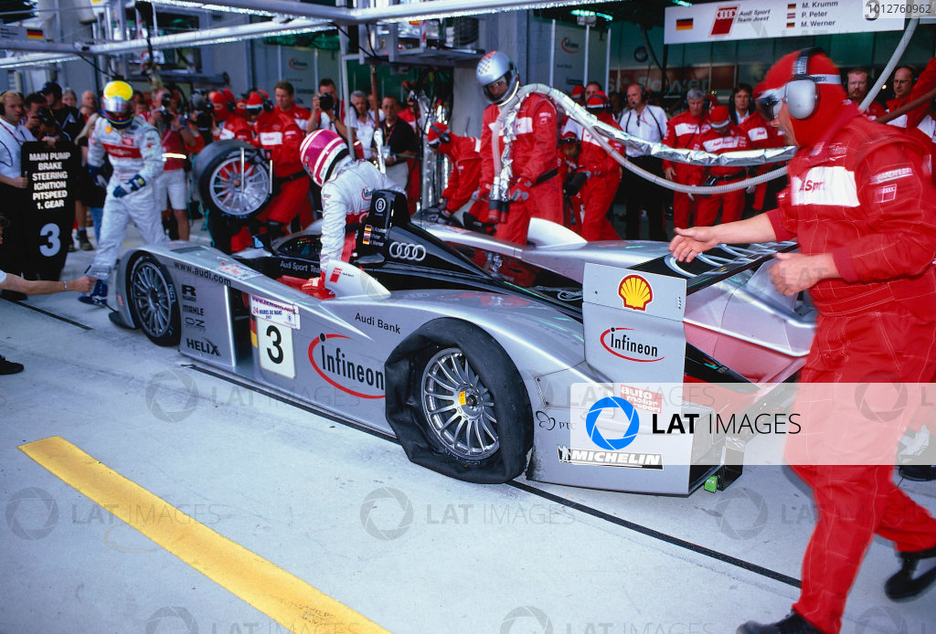 2002 Le Mans 24hr, La Sarthe, France, 15 -16 June 2002. The No.3 Audi suffers from an early puncture but makes it back to the pits without too much damage. World Copyright: LAT Photographic Ref: 02LM35.