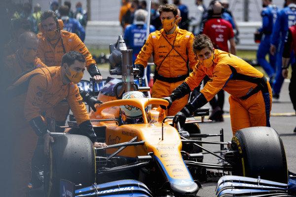 Mechanics on the grid with Daniel Ricciardo, McLaren MCL35M