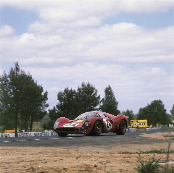 """Le Mans, France.10-11 June 1967.Willy Mairesse/""""Beurlys"""" (Ferrari 330P4), 3rd position, action. World Copyright: LAT Photographic.Ref:  2946."""