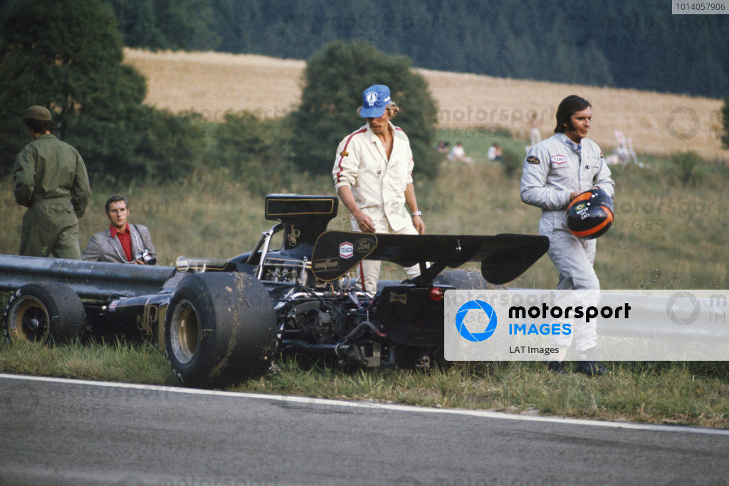 1973 Austrian Grand Prix.  Osterreichring, Austria. 17-19th August 1973.  Emerson Fittipaldi walks away from his Lotus 72E Ford.  Ref: 73AUT12. World Copyright: LAT Photographic