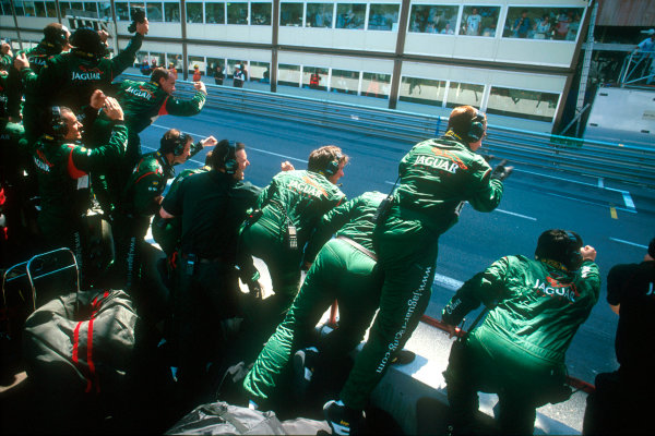 Monte Carlo, Monaco. 29th May 2001. The Jaguar team cheer home Eddie Irvine who took his Jaguar R2 to 3rd place finish.World Copyright: Steven Tee/LAT Photographic ref: 35mm Priority Image 01MON12