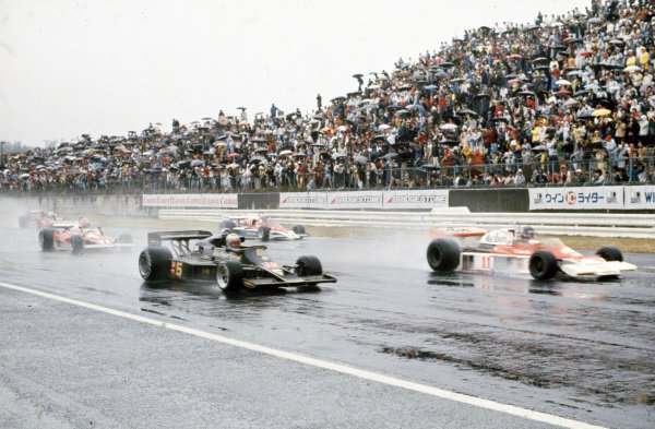 Pole sitter James Hunt, McLaren M23 Ford leads the field alongside Mario Andretti, Lotus 77 Ford with Niki Lauda, Ferrari 312T2 and John Watson, Penske PC4 Ford behind.