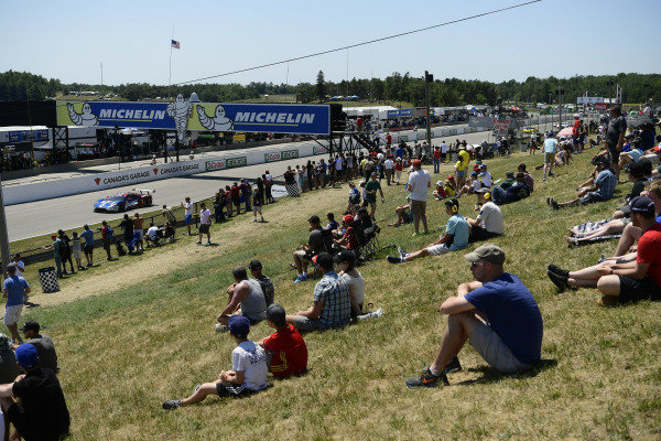 CTMP fans along the front straight.