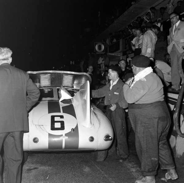 Dan Gurney / Walt Hansgen, B.S. Cunningham, Jaguar E-type 2A Prototype, makes a pitstop.