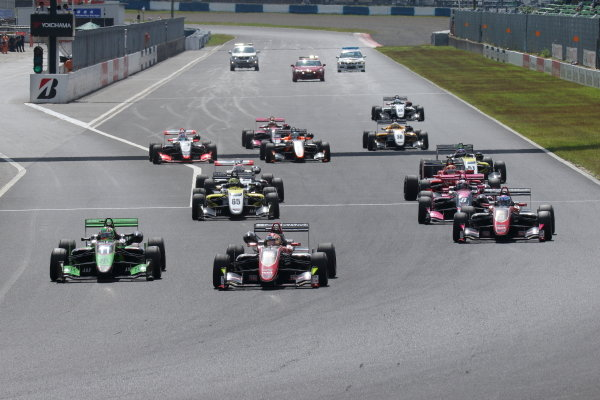 Round 20. The start of the race. Ritomo Miyata, Corolla Chukyo Kuo TOM'S, Dallara F317 Toyota, leads the pack