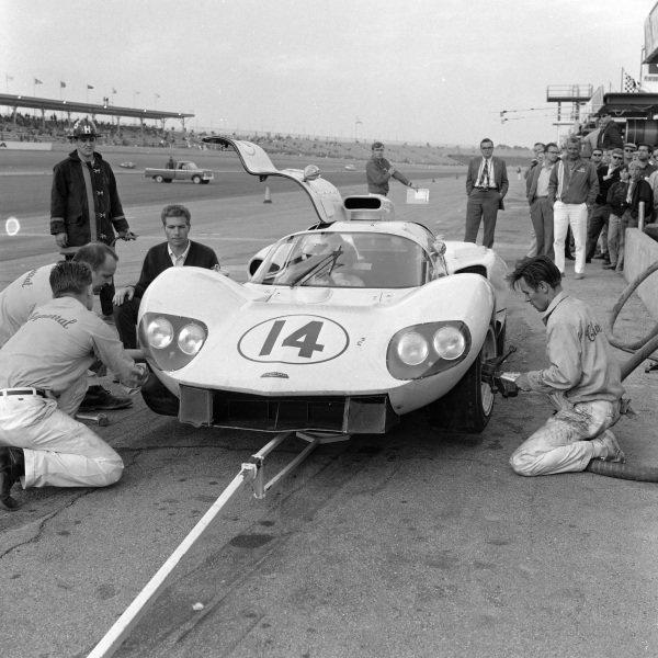 Mechanics perform a tyre change for Bob Johnson / Bruce Jennings, Chapparal 2D Chevrolet.