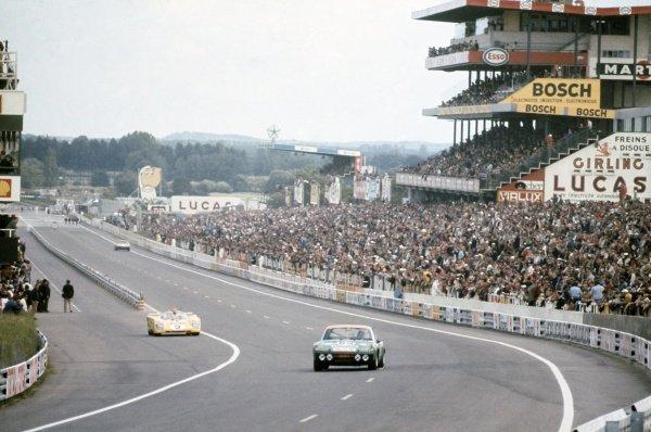 1971 Le Mans 24 hours. Le Mans, France. 12-13 June 1971. Gerd Quist/Dietrich Krumm (Porsche 914/6) leads Hughes de Fierlandt/Alain de Cadanet (Ferrari 512M). World Copyright: LAT Photographic Ref: 71LM35