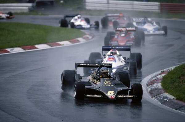 Ronnie Peterson, Lotus 79 Ford, leads the field.