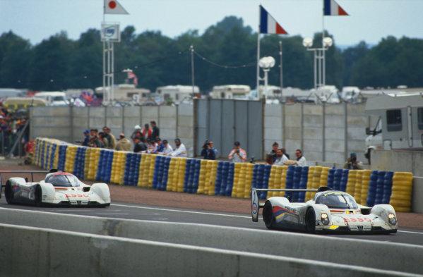 1992 Le Mans 24 Hours. Le Mans, France. 20th - 21st June 1992. Yannick Dalmas/Derek Warwick/Mark Blundell (Peugeot 905 Evo 1), 1st position, leads Philippe Alliot/Mauro Baldi/Jean-Pierre Jabouille (Peugeot 905 Evo 1), 3rd position, action. World Copyright: LAT Photographic. Ref:  92LM20.
