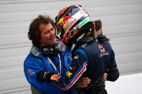 Brands Hatch, England.6th September 2009.Brendon Hartley (NZ, Carlin Motorsport) celebrates with Trevor Carlin.World Copyright: Andrew Ferraro/LAT Photographicref: Digital Image_H0Y4343 jpg