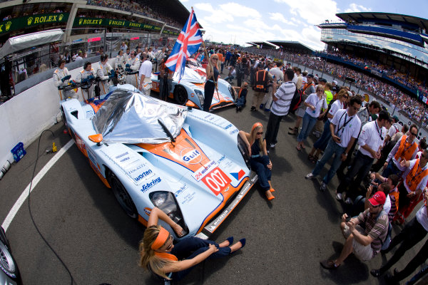 Circuit de La Sarthe, Le Mans, France.8th - 14th June 2009. Gulf girls with the car of Tomas Enge/Stefan Mucke/Jan Charouz, No 007 Lola-Aston Martin B09/60. Glamour. Atmosphere. World Copyright: Drew Gibson/LAT Photographic Photographic Ref: _Y2Z8369 jpg