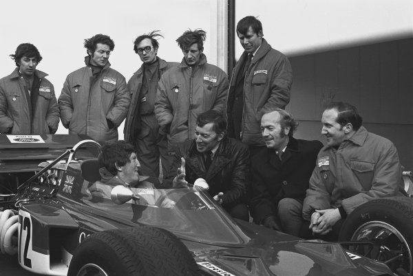 1970 Lotus 72 Launch. Hethel, Norwich, England. Jochen Rindt sits in the Lotus 72/1 for the first time with team boss Colin Chapman and chief mechanic Eddie Dennis, Dick Scammell and the rest of the team, portrait.  World Copyright: LAT Photographic. Ref:  2972 - 31.